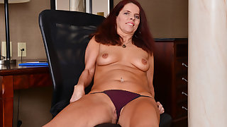 Canadian milf Candy needs fretting her hungry pussy