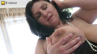 Gorgeous busty matured mom squirting