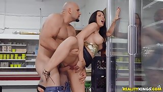 Fucking a milf whore in the grocery store