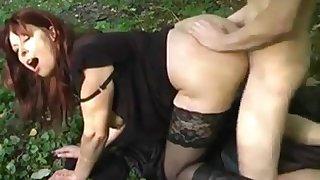 Deutsch MILF gefickt in Garden von jungem Mann